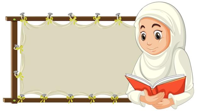Arabische muslimische frau in traditioneller kleidung mit leerem banner