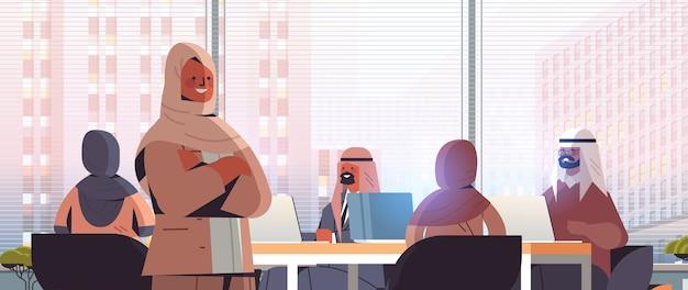 Arabischer geschäftsfrauenführer, der mit arabischer geschäftsmanngruppe während des konferenztreffens erfolgreiches teamarbeitskonzept moderne büroinnenraum horizontale porträtillustration diskutiert