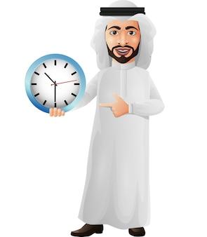 Arabischer geschäftsmann, der eine wanduhr hält und zeigt