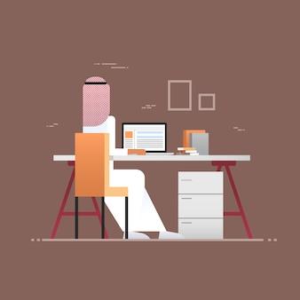 Arabischer geschäftsmann, der laptop-computer hintere hintere ansicht moslemischer unternehmer im modernen büro verwendet