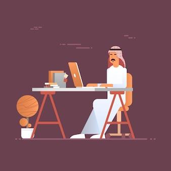 Arabischer geschäftsmann, der laptop-computer moslemischen unternehmer im modernen büro verwendet