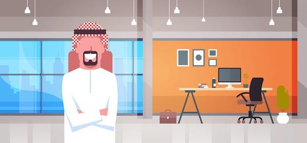Arabischer geschäftsmann im modernen büro, das arabischen geschäftsmann worker der traditionellen kleidung trägt