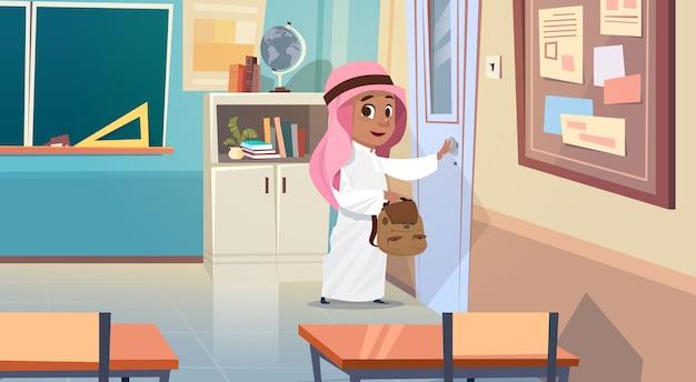 Arabischer junge, der schultür öffnet