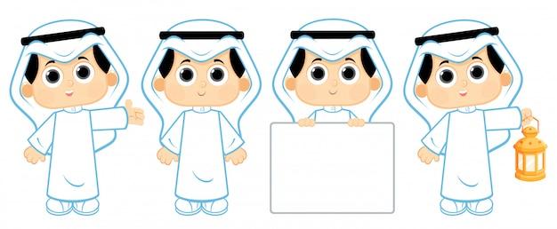 Arabischer junge mit ramadan-laterne