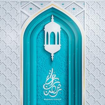 Arabischer kalligraphiedesign für ramadan kareem mit bogentür und laterne, zarter papierschnittstil