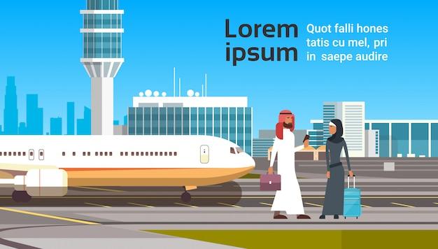 Arabischer mann und frau über modernem flughafen. arabische geschäftsleute paar-reise