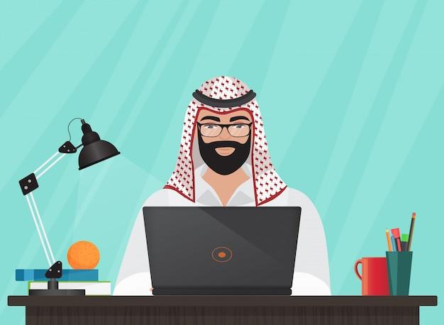 Arabischer moslemischer mann, der mit laptop arbeitet