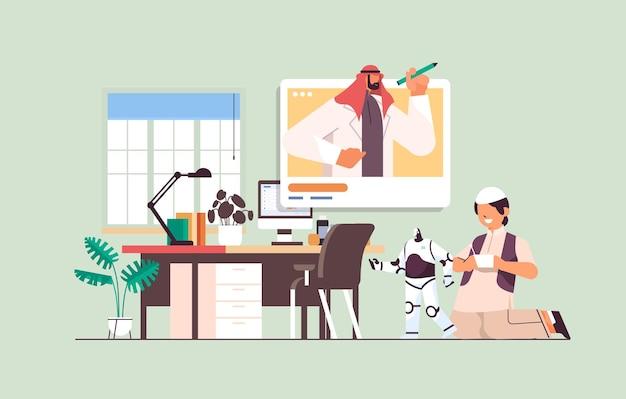 Arabischer schüler, der mit funkgesteuertem roboterspielzeug spielt und während des videoanrufs mit dem lehrer diskutiert