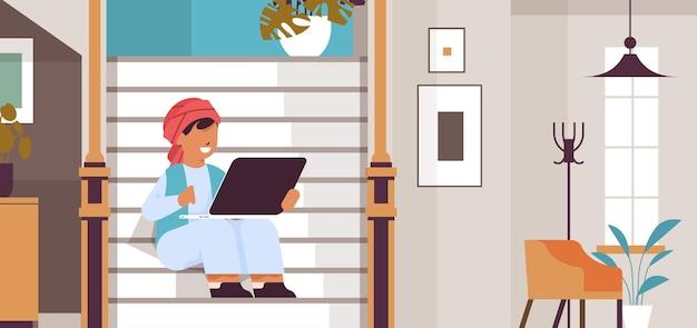 Arabischer schüler mit laptop arabicc boy sitzt auf treppe und macht hausaufgaben bildungskonzept wohnzimmerinnenraum horizontale vektorillustration in voller länge