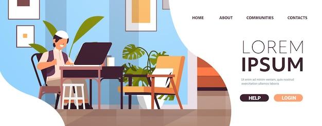 Arabischer schuljunge am arbeitsplatz mit laptop kleiner arabischer junge, der hausaufgabenbildungskonzept wohnzimmerinnenraum horizontale kopienraumvektorillustration in voller länge macht