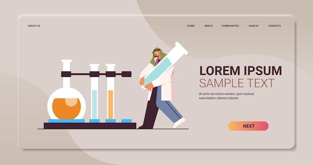 Arabischer wissenschaftler, der mit reagenzglas-mannforschern arbeitet, die chemische experimente im labor-molekular-engineering-konzept durchführen, horizontale kopienraumvektorillustration in voller länge