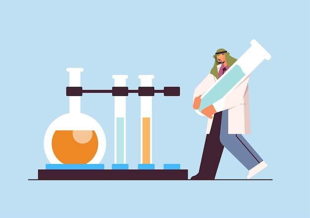 Arabischer wissenschaftler, der mit reagenzglas-mannforschern arbeitet, die chemische experimente im labor-molekular-engineering-konzept horizontale vektorillustration in voller länge durchführen