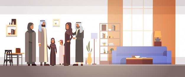 Arabisches familienheim, arabische eltern mit kindern in moderner wohnung