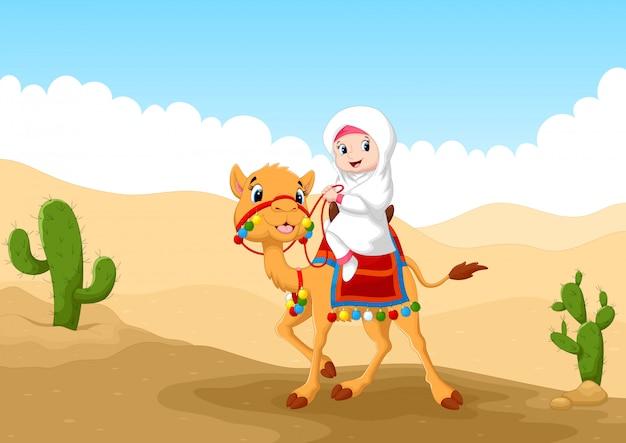 Arabisches mädchen, das ein kamel in der wüste reitet