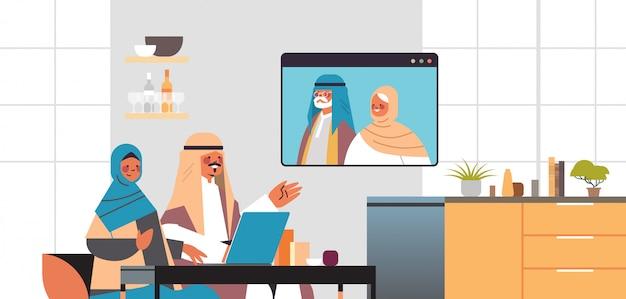 Arabisches paar, das virtuelles treffen mit aribischen großeltern während des videoanrufs familienchat online-kommunikationskonzept wohnzimmer innenporträt horizontale illustration hat