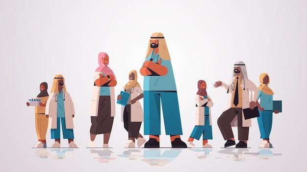 Arabisches team von medizinischen fachleuten arabische ärzte in uniform, die zusammen medizingesundheitskonzept horizontale vektorillustration in voller länge stehen