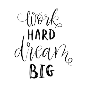 Arbeite hart, träume groß - vektorzitat. lebenspositives motivationszitat für poster, karten, t-shirt-druck. grafische skriptbeschriftung, tintenkalligraphie. vektorillustration lokalisiert auf weißem hintergrund