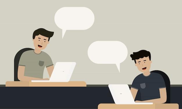 Arbeiter chat zusammen auf dem schreibtisch