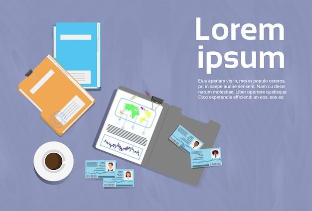 Arbeitsplatz-konzept schreibtisch-schablonen-spitzenwinkelsicht-dokument-ordner-fahne mit kopienraum