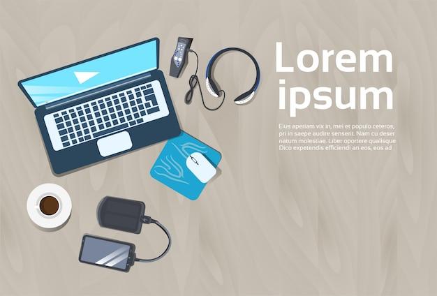 Arbeitsplatz-konzept-spitzenwinkelsicht-laptop-computer, energienbank, intelligentes telefon-arbeitsschreibtisch-design