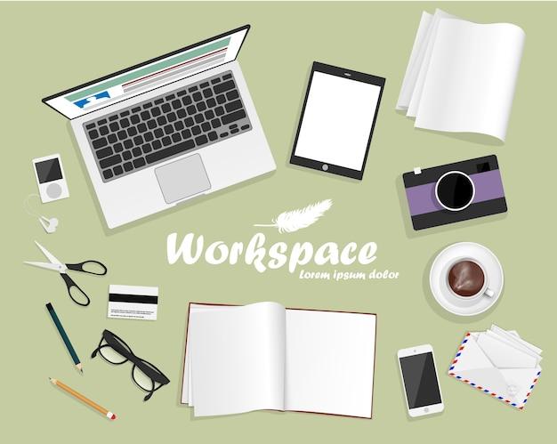 Arbeitsplatz mit laptop, telefon und buch