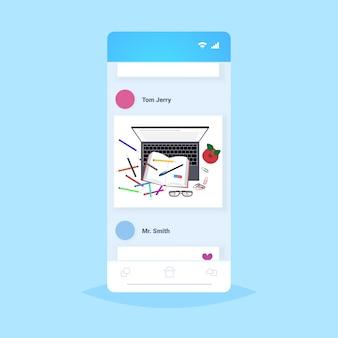 Arbeitsplatz schreibtisch top winkel ansicht laptop buch und büro liefert wissen bildung lernkonzept smartphone-bildschirm online-mobile-app