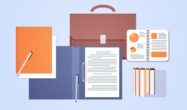 Arbeitsplatz-tischplattenwinkelsicht-koffer mit papierdokumenten unterzeichnen vertrag