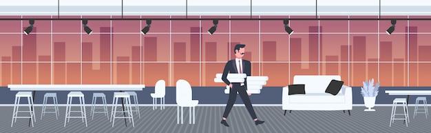 Architekt hält aufgerollte blaupausen ingenieur schwenken neue projektarchitektur bauindustrie konzept auftragnehmer mit architekturprojekten modernes büro interieur in voller länge horizontal