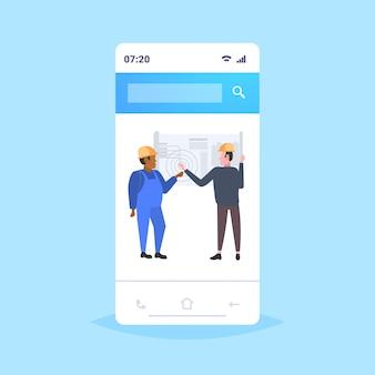 Architektenpaar, das mit dem team der blaupausen-mix-race-ingenieure zusammenarbeitet, bespricht ein neues bauprojekt während des treffens mit dem teamwork-konzept der industrietechniker für eine mobile online-anwendung in voller länge