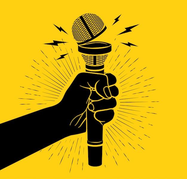 Arm schwarze silhouette, die mikrofon mit geöffneter tasse hält. offenes mikrofonkonzept. auf gelbem hintergrund. illustration