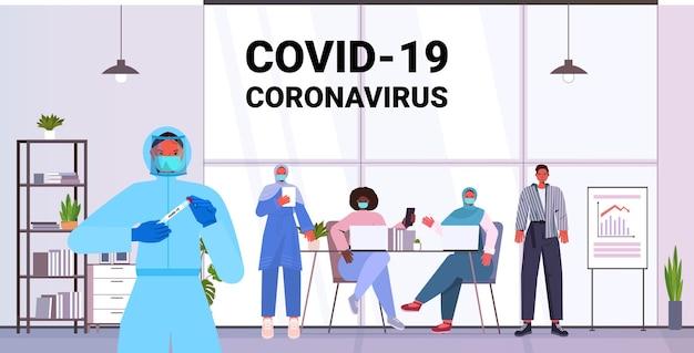 Arzt in maske, der tupfertest für coronavirus-probe von mischrassen-geschäftsleuten-patienten pcr-diagnoseverfahren covid-19 pandemiekonzeptbüroinnenraum horizontale vektorillustration nimmt