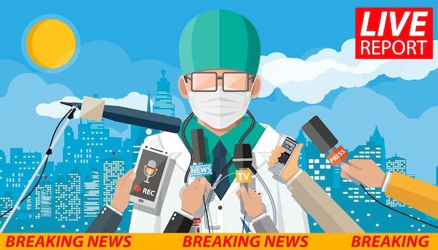 Arzt mit gesichtsmaske, der eine rede auf der konferenz hält