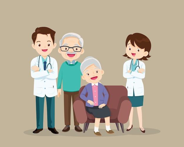 Arzt und älterer patient sitzen auf dem sofa. senioren nach rücksprache mit dem arzt