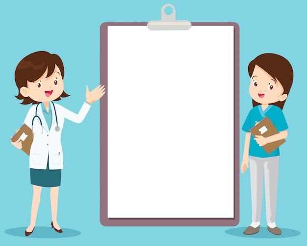 Arzt und krankenschwester, die neben der informationstafel stehen, können ihren text platzieren