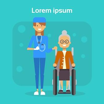 Arzt with senior woman auf dem rollstuhl-glücklichen alten weiblichen behinderten lächeln sitzen auf rollstuhl-unfähigkeitskonzept