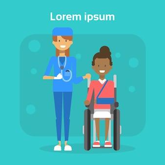 Arzt with young woman on-rollstuhl-glückliches afroamerikaner-weibliches behindertes lächeln sitzen auf rollstuhl-unfähigkeitskonzept