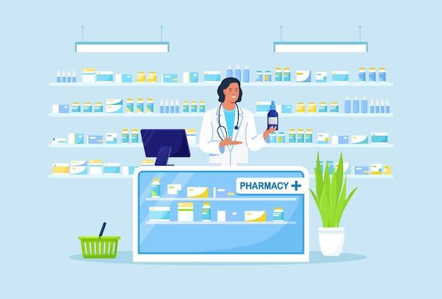 Arztapotheker, der an der kasse steht und das medikament in der hand hält. in der nähe von regalen mit pillen und flaschen. interieur der drogerie. einkäufe im apothekenladen