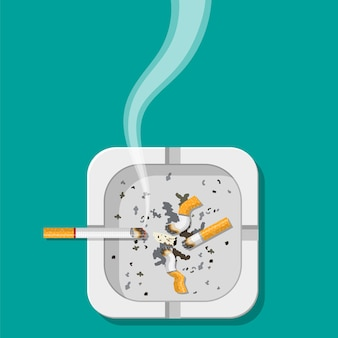 Aschenbecher aus weißer keramik voller rauchender zigaretten.