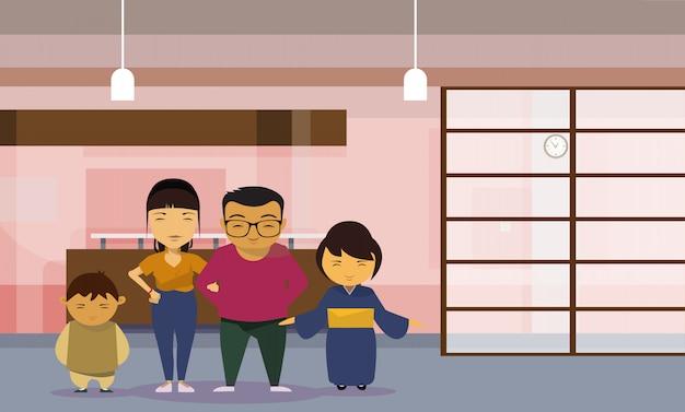 Asiatische familieneltern mit zwei kindern zu hause