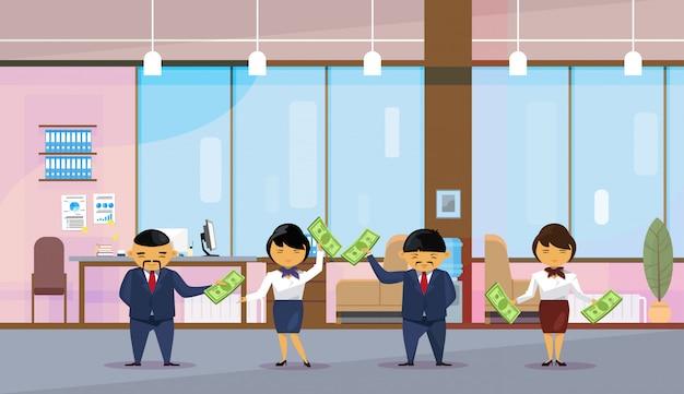 Asiatische geschäftsleute gruppe, die dollarbanknoten hält