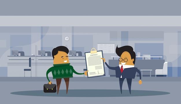 Asiatische geschäftsmann-partner, die vertragsdokument-geschäftsmann-vereinbarungs-abkommen-konzept unterzeichnen
