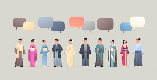 Asiatische männer frauen tragen traditionelle kleidung chat blase kommunikationskonzept menschen in nationalen alten kostümen chinesische oder japanische comicfiguren in voller länge flach horizontal