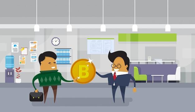 Asiatischer geschäftsmann, der der arbeitnehmer-arbeitskraft bitcoin coin financial success cryptocurrency mining concept gibt