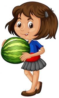 Asiatisches mädchen, das wassermelonenfrucht in stehender position hält