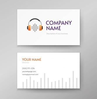 Audio-podcast-logo oder kopfhörer-radiowellenmusik und tonlogo auf geschäftsbesuchskartenschablonenentwurf