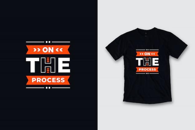 Auf dem prozess zitiert moderne t-shirt-design