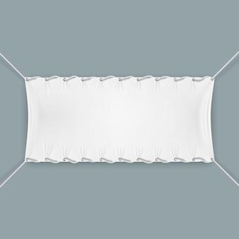 Aufgehängt durch seile textilfahne
