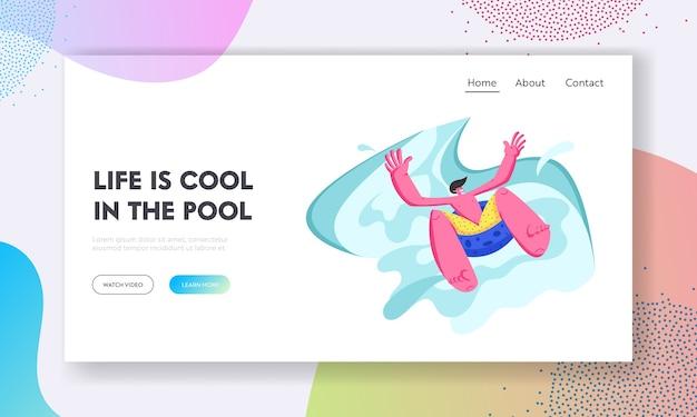 Aufgeregter mann, der durch aufblasbaren schwimmer im wasserpark in den sommerferien gleitet.