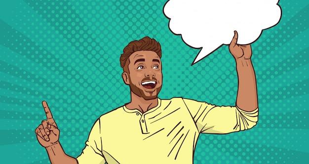 Aufgeregter mann, der finger oben zeigt, um blasen-knall art style background zu plaudern