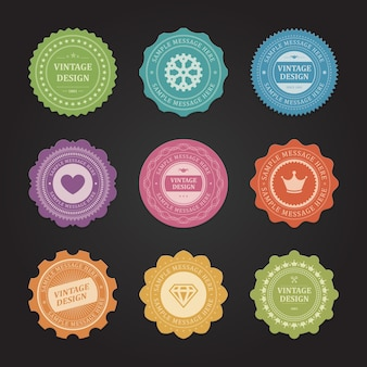Aufkleber mit schäbigen vintage-etiketten gesetzt. lila herz und zerknitterte orange kronenanhänger fördern neue marken. gelbe diamantverzierungen und zahnräder für qualitätszertifikate saisonale rabatte.